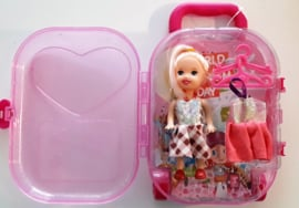 Kleine barbie in Trolley
