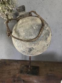 Oude originele sural waterkruik op standaard