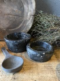 Oud stenen vijzelbakje (voorste)