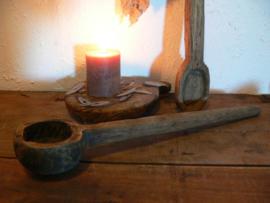 Oude korte houten lepel