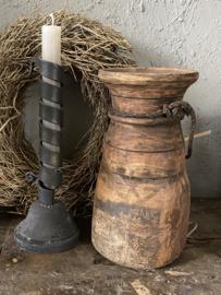 Oude houten Nepalese waterkruik