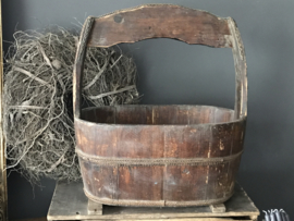 Oude houten olijfbak met handvat