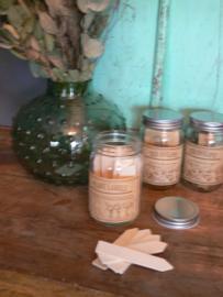 Glazen pot met houten plantenlabels