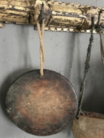 Oude houten chapati aan touw