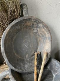Oude donkere houten schaal