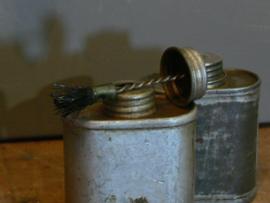 Oude ijzeren lijmpotjes