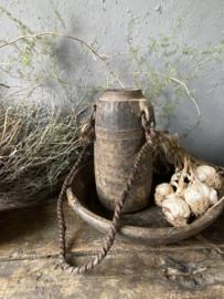 Oude houten melkkruik met touw
