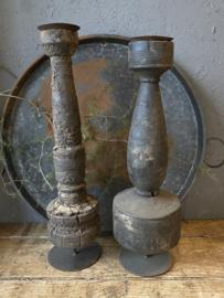 Oude doorleefde houten kandelaar op  metalen voet (links)