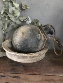 Oude stenen sural waterkruik