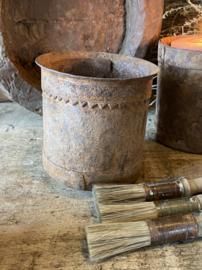 Stoer oud ijzer bakje
