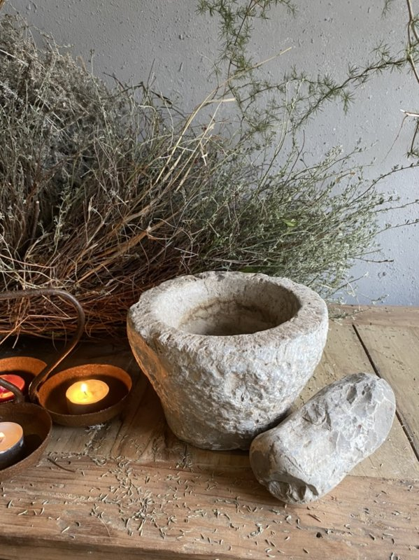 Robuuste oude stenen vijzel