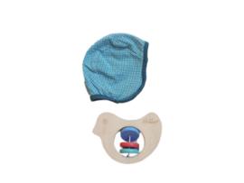 Mutsje blauw - Froy & Dind + rammelaar