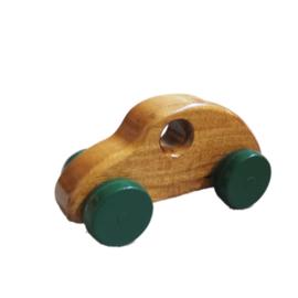 Houten auto met groene wielen