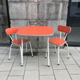 Vintage tafeltje met 2 stoeltjes