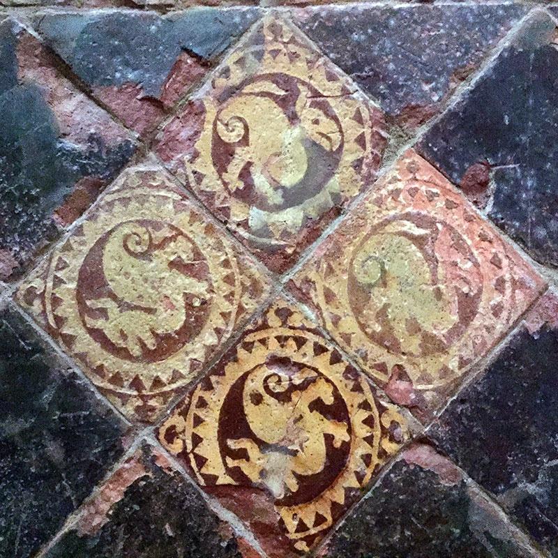 Middeleeuws tegeltableau in de kerk van Orgelet