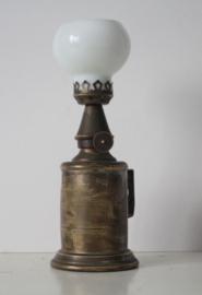 """""""Lampe Pigeon"""" - Frans olielampje met melkglazen bol - ca 1900"""