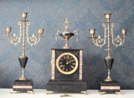 Antiek Frans klokken stel, 19e eeuw in voornamelijk zwart marmer