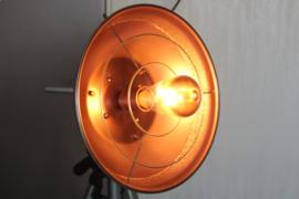 Industriële designlamp op grijs aluminium statief