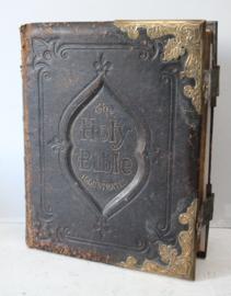 """""""The Holy Bible"""" - Antieke grote Engelstalige Bijbel met messing sloten, ca 1890"""