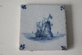 Antieke tegel met schip - Ossekop hoekmotief