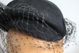 Vintage dames rouwhoedje met veren
