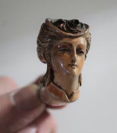 Antieke meerschuim pijp van een 19e eeuwse dame