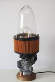 Prachtige industriële lamp gemaakt van een carburateur met luchtfilter