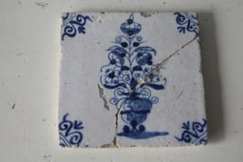 Antieke tegel - Vaas met lelies - Ossekop hoekmotief
