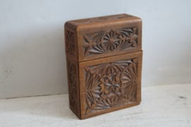 Vintage houten en gesneden kaartendoosje