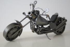 """Model van een motor (Harley Davidson like) volledig gemaakt van """"scrap metal"""""""