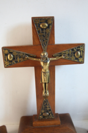 Art Deco kruisbeeld met kandelaars