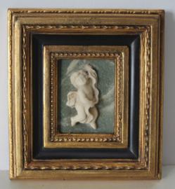 Albast plaquette van een putty / engel in goudkleurige lijst biggs and sons, Verenigd Koninkrijk, 20e eeuw