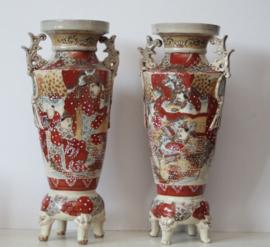 Twee 19e eeuwse Satsuma vazen op drakenpoten