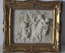 Albast plaquette van 2 putty's (engeltjes) en een fluitiste, in vergulde lijst biggs and sons