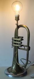 Prachtige lamp gemaakt van een trompet (koperblazer), Koninklijke Nederl. fabriek van muziekinstrumenten Tilburg