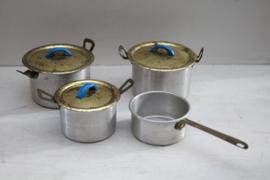 Set blikken pannetjes voor kinder/poppen keukentje