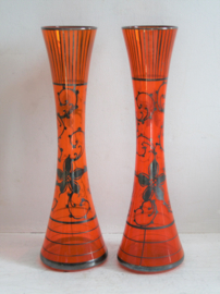 Paar oranje glazen vazen versierd met zilver