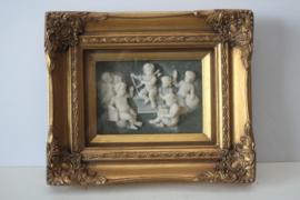 Albast plaquette met  putty's / engeltjes in vitrine lijst, Biggs and sons Londen