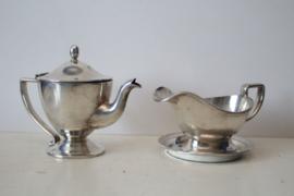 Hotelzilver - Een zwaar verzilverde thee kan en sauskom op schotel, Art deco - Gero Hollandia plate ca 1930/40