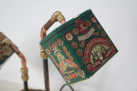 Tafellamp van Underberg kruidenlikeur blikken en koperen buizen op houten voet