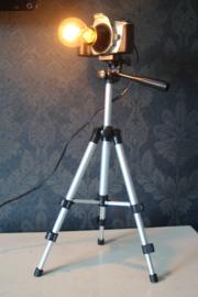 Canon camera op statief, omgebouwd tot lamp