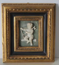 Albast plaquette van een putty / engel, in goudkleurige lijst biggs and sons
