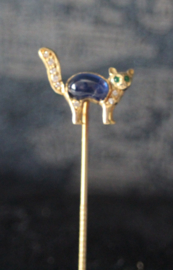 Een 18 karaat gouden das speld ivv een poesje bezet met diamant, saffier en smaragd