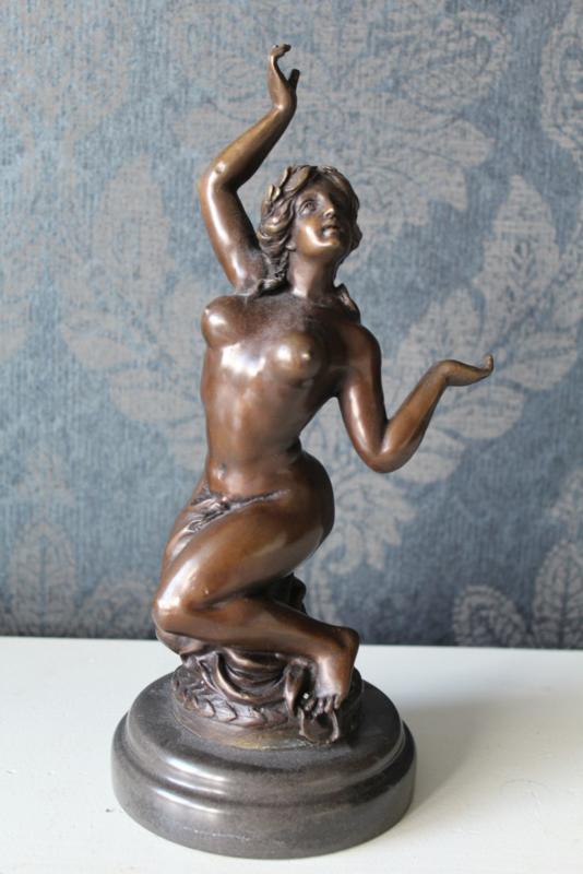 Naar Milo - Bronzen beeld van een geknielde naakte vrouw