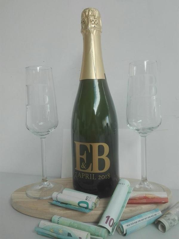 Geëtste glazen met gepersonaliseerde fles bubbels