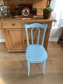 Lichtblauw houten stoeltje