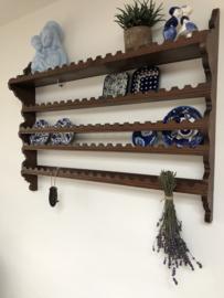 Oud houten bordenrek