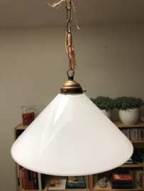 Hanglamp met wit glazen kap