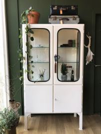 Oude wit metalen vitrine kast (apothekerskast)