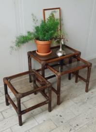 Drie bijzettafeltjes rotan   bamboe